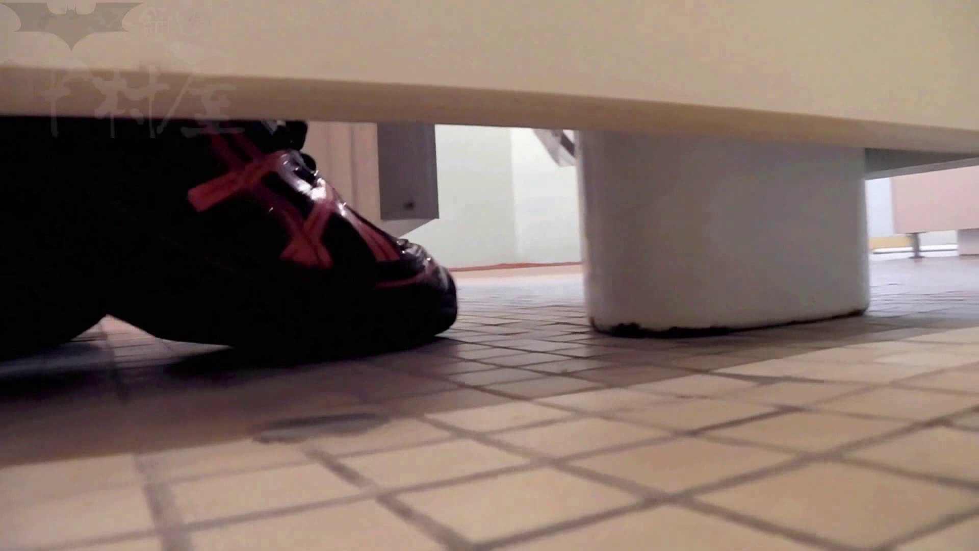 無料アダルト動画:第三体育館潜入撮File009 珍しい!左手で御尻を広げながら右手で拭く:のぞき本舗 中村屋